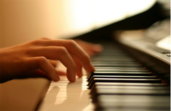 Hợp âm khi chơi guitar có giống với hợp âm khi chơi piano không?